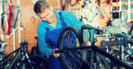 Professioneller Mechaniker repariert E-Bike