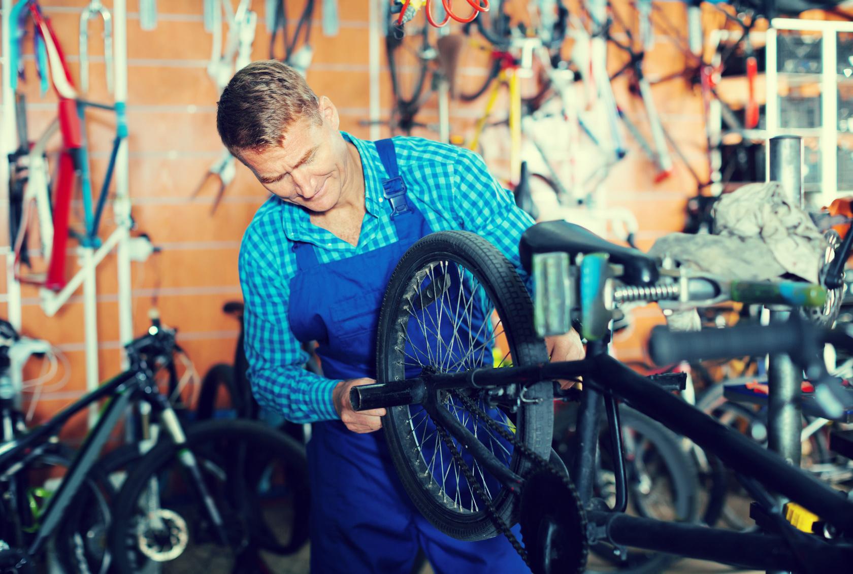 Professioneller Mechaniker repariert E-Bike